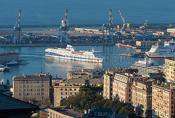 Genua  Italien - Eine Faehre der Reederei Tirrenia bei der Einfahrt in den Hafen
