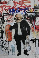 Marx greift in ein Muelleimer