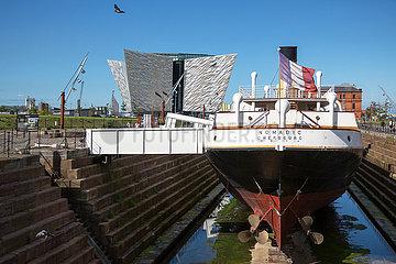 Grossbritannien  Nordirland  Belfast - SS Nomadic im Titanic Quarter  hinten das Titanic House  dort wo das beruehmte Schiff 1911 vom Stapel lief