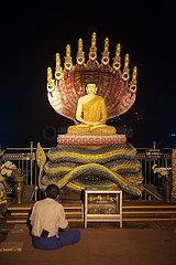 Mawlamyine  Myanmar  Buddha-Figur und Glaeubige an der Kyaikthanlan-Pagode