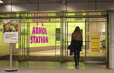 Abholstation  Click & Collect  Galleria Kaufhof in Muenchen  Februar 2021