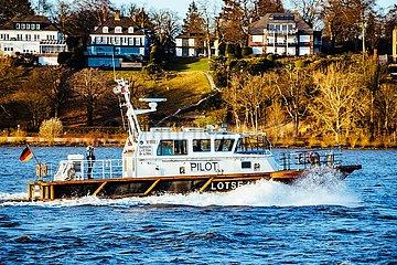 Blick auf die Elbe mit Lotsenboot