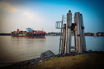Blick auf die Elbe mit Containerschiffen
