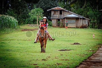 Mutter und Kinder auf einem Pferd
