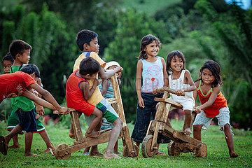 Kinder mit Holzroller