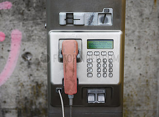 Oeffentliche Telefonzelle der Telekom  Krefeld  Nordrhein-Westfalen  Deutschland