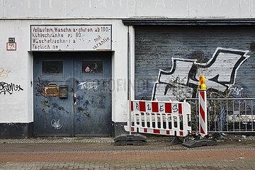 Leerstehendes heruntergekommenes Gebaeude mit Graffiti  Krefeld  Nordrhein-Westfalen  Deutschland