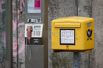 Oeffentliche Telefonzelle und Postkasten  Krefeld  Nordrhein-Westfalen  Deutschland