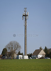 Mobilfunkmast auf dem Land  Hagen  Nordrhein-Westfalen  Deutschland