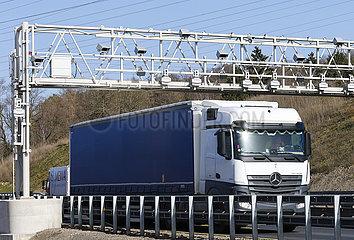 LKW faehrt unter Mautbruecke auf der Autobahn A45  Hagen  Nordrhein-Westfalen  Deutschland