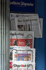 Deutschland  Bremen - Tages- und Wochenzeitungen am Eingang zu einem Kiosk