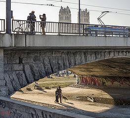 Reichenbachbruecke  Muenchener geniessen das schoene Wetter  Maerz 2021