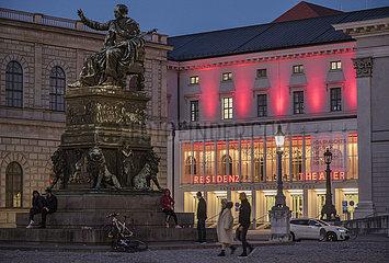 Residenztheater leuchtet rot  Protest gegen Schliessung  Muenchen 01.03.2021