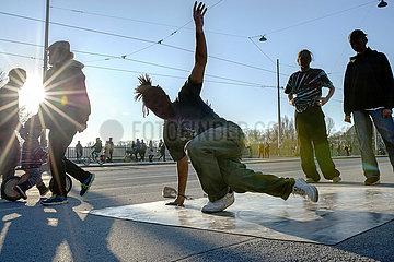 Junge Leute beim Breakdance  Muenchener geniessen das schoene Wetter  Maerz 2021