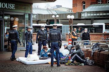 Corona-Polizei mit Obdachlosen