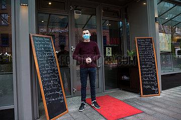Deutschland  Bremen - Junger Angestellter eines Restaurants in Kurzarbeit