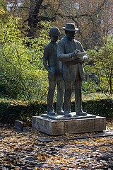 Berlin  Deutschland - Bronzestandbild des Zeichners Heinrich Zille im Koellnischen Park