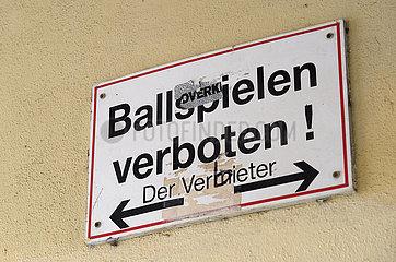 Berlin  Deutschland - Ironisch veraendertes Verbotsschild in einem Hauseingang