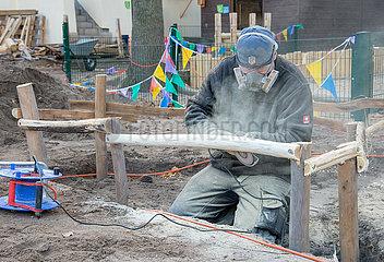 Berlin  Deutschland - Schleifarbeiten an Holz auf einer Baustelle