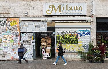Berlin  Deutschland - Polnischsprachige Zettel  Bekanntmachungen und Graffitis an leerstehender Gewerbeimmobilie