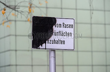 Berlin  Deutschland - Beschaedigtes Verbotsschild