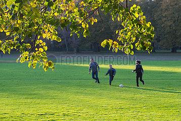 Berlin  Deutschland - Familie beim Ballspielen im Schillerpark in Berlin-Wedding