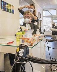 erster Haarschnitt nach dem Lockdown  Friseur  Tag der Oeffnung  Ottobrunn  01.03.2021