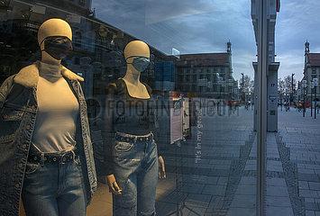 Schaufensterpuppen mit Mundschutz  leere Fussgaengerzone  Muenchen  Maerz 2021