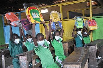 GHANA-ACCRA-STUDENTEN-CHINESISCHEN UNTERNEHMEN ÜBER-SPENDE