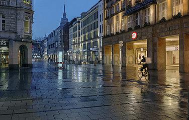 leere Kaufingerstrasse  Fussgaengerzone  Fahrradkurier  Muenchen  Maerz 2021