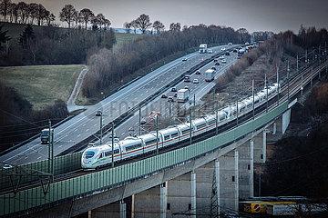 Intercity der DB vor Autobahn A3