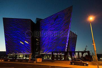 Grossbritannien  Nordirland  Belfast - Das Titanic House im Titanic Quarter markiert den genauen Ort  an dem das beruehmte Schiff 1911 vom Stapel lief