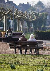 Rentner sitzen auf der Parkbank  Krefeld Uerdingen  Nordrhein-Westfalen  Deutschland