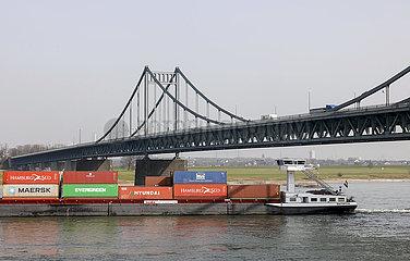 Containerschiff auf dem Rhein  Krefeld  Nordrhein-Westfalen  Deutschland