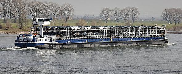 Frachtschiff mit Neuwagen der Marke Ford  Krefeld  Nordrhein-Westfalen  Deutschland