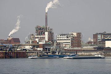 Frachter auf dem Rhein vor Chemiewerk  Krefeld  Nordrhein-Westfalen  Deutschland