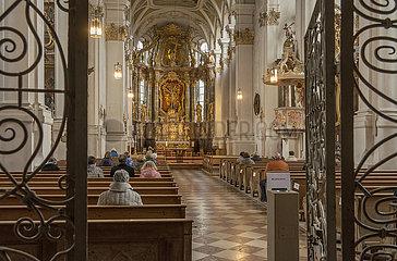 Gottesdienstbesucher  katholische Kirche  Ebersberg  Maerz 2021