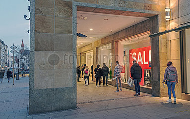 Kaufingerstrasse  Click & Meet bei C & A  Muenchen  08.03.2021