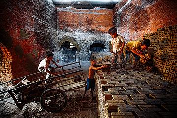 Kinderarbeit in einer Ziegelei