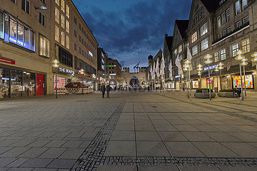 Karlstor  leere Fussgaengerzone  Muenchen  Anfang Maerz 2021