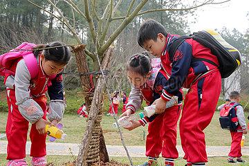 CHINA-ARBOUR DAY-Pflanzen von Bäumen (CN)