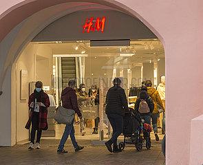 Geschaefte wieder offen  Andrang bei H & M in Landshut  11.03.2021
