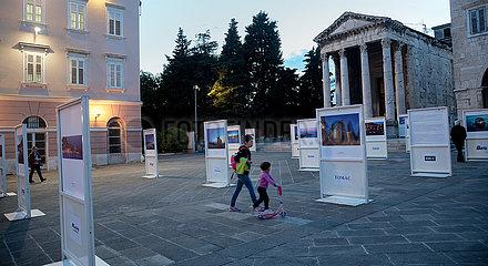 Kroatien  Pula - Fotoausstellung und Augustustempel (27 v. Chr. ? 14 n. Chr.) am Forum