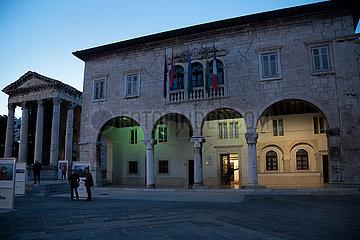 Kroatien  Pula - historisches Rathaus (10. bis 16. Jh.) am Forum  Sitz der Stadtverwaltung  links Augustustempel (27 v. Chr. ? 14 n. Chr.)