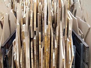 Zum Verkauf gestapelte Kalkplatten aus Solnhofen mit Dendriten aus dem Oberjura.