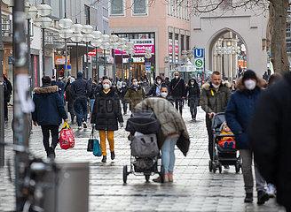 Schlangen vor Geschäften in München