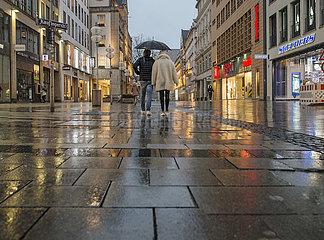 leere Kaufingerstrasse  Fussgaengerzone  Regenwetter  Muenchen  Anfang Maerz 2021