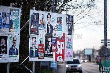 Plakate zur Parlamentswahl in den Niederlanden 2021