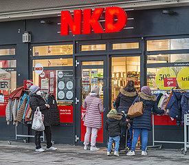 Kundinnen bei Modegeschaeft NKD  Abholung der bestellten Ware  Muenchen  17.03.2021