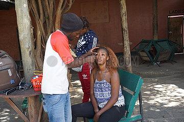 ZAMBIA-LUSAKA-Kosmetiksalon SERVICES-MEN eingreifende